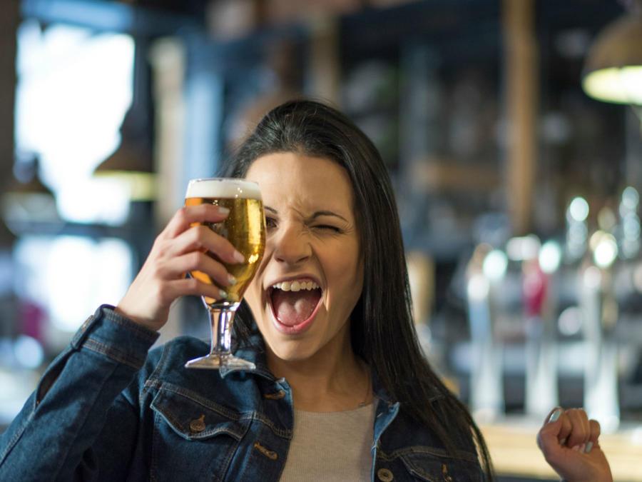 Mujer sosteniendo una copa de cerveza