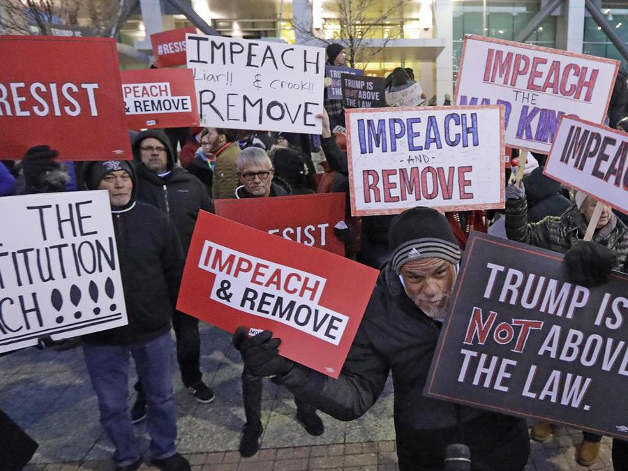 Manifestantes en Salt Lake City manifestaron su apoyo al juicio político contra Trump.