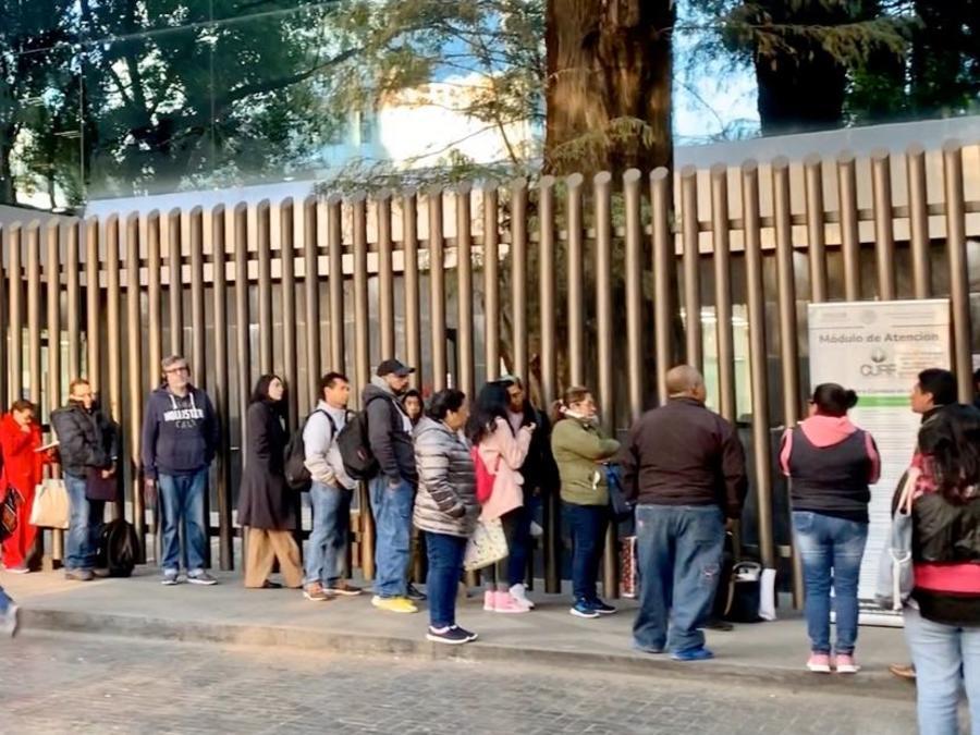 Personas haciendo fila desde la madrugada en el módulo del CURP de Ciudad de México.