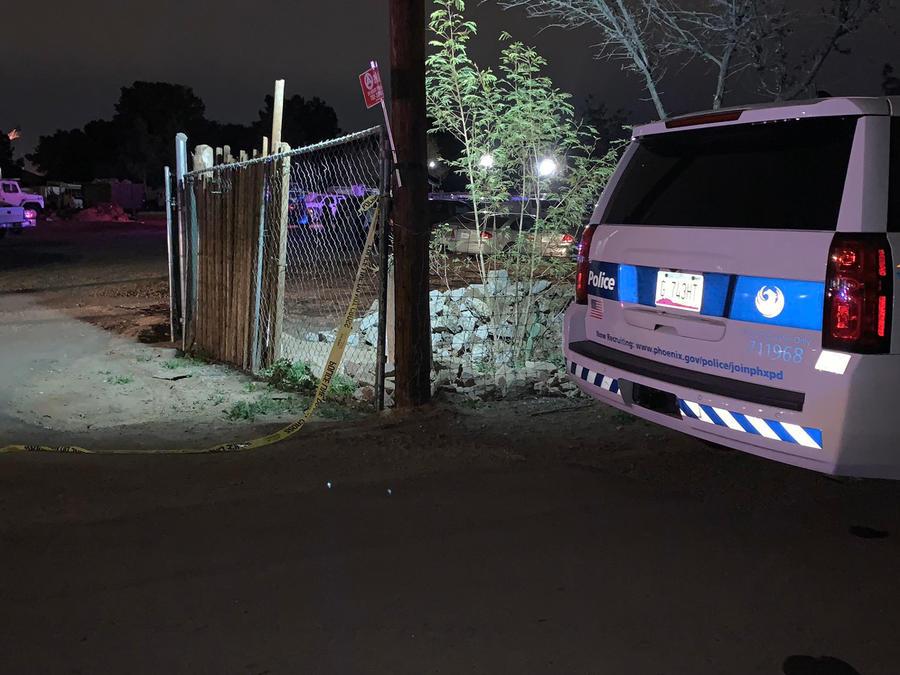 Policía cerca de la vivienda donde hallaron a los menores muertos.