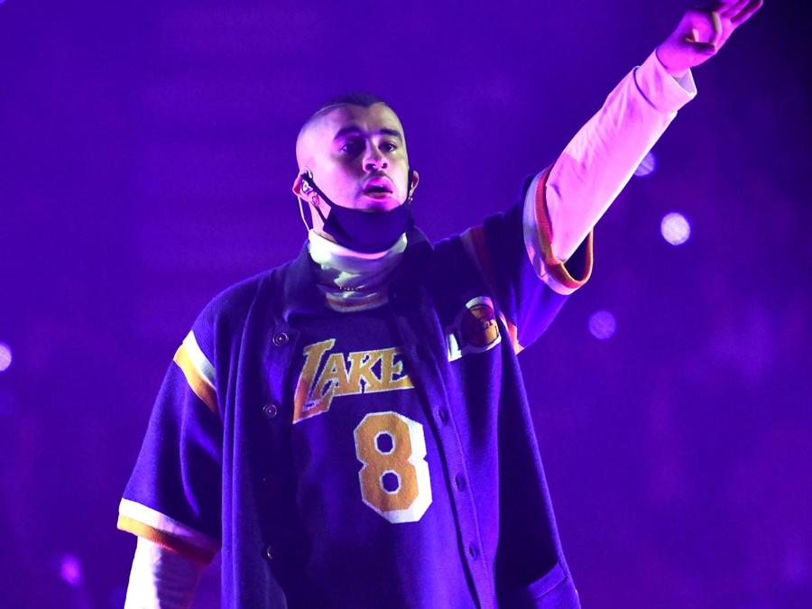 Bad Bunny usando jersey de Los Lakers