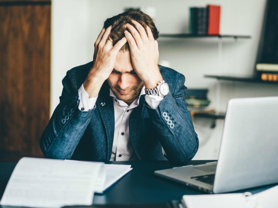 Hombre estresado y ansioso