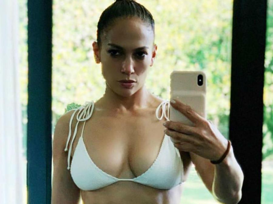 Jennifer Lopez en bikini blanco