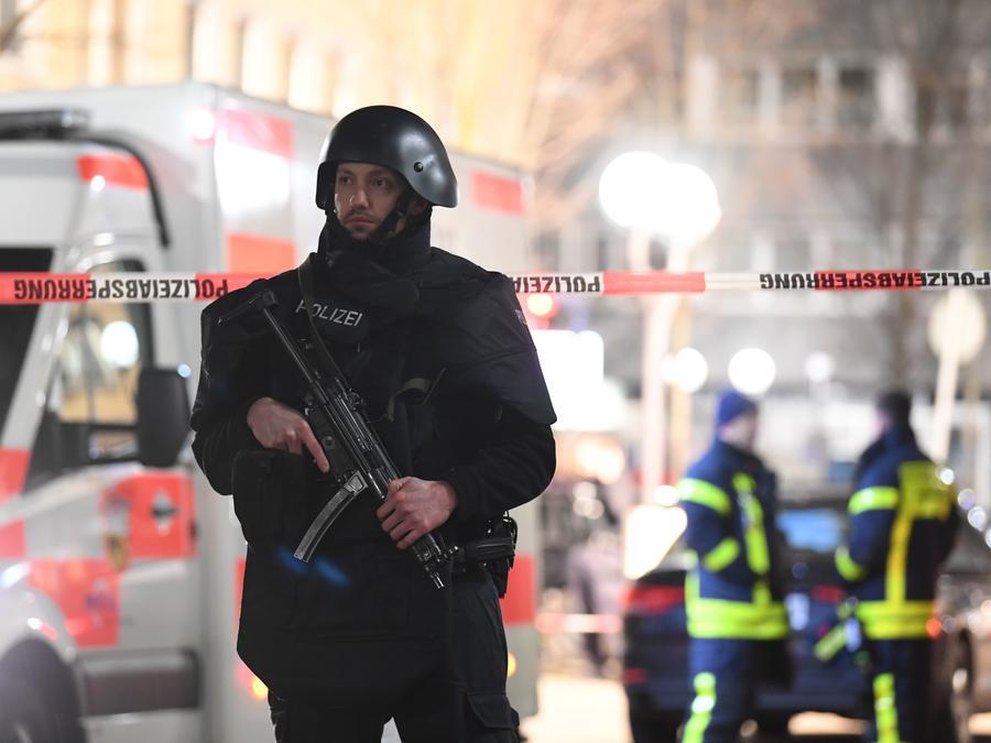 Oficial de policía vigila la escena de un tiroteo en la ciudad alemana de Hanau