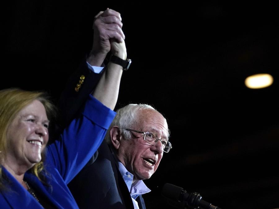 Bernie Sanders y su esposa Jane Sanders suben al escenario después de que Sanders ganó las asambleas de Nevada, el 22 de febrero de 2020 en San Antonio, Texas.