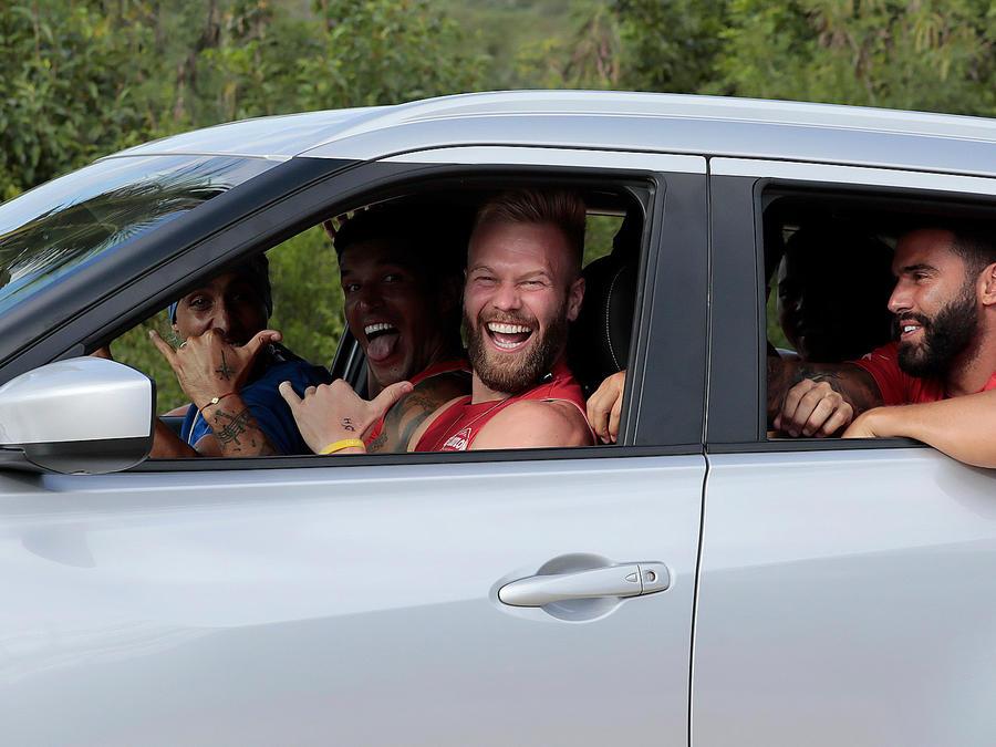Nate conduce sonriente su carro SUV