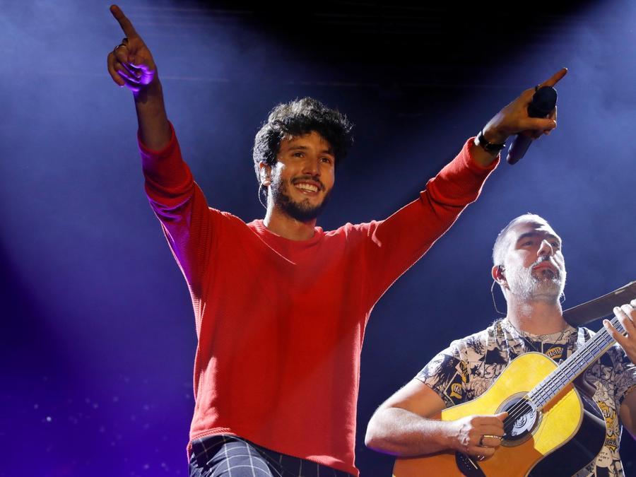 Sebastián Yatra ofreciendo un concierto