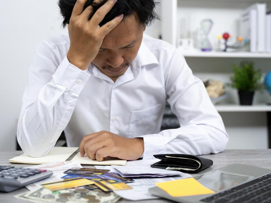 Hombre preocupado por economía