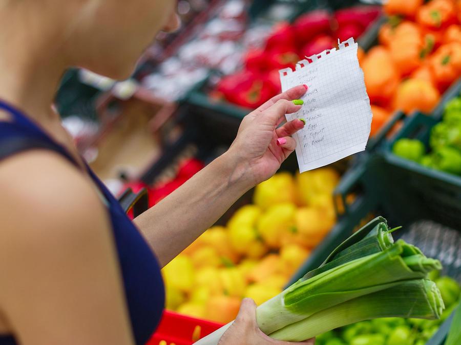 Mujer comprando verdura en el supermercado