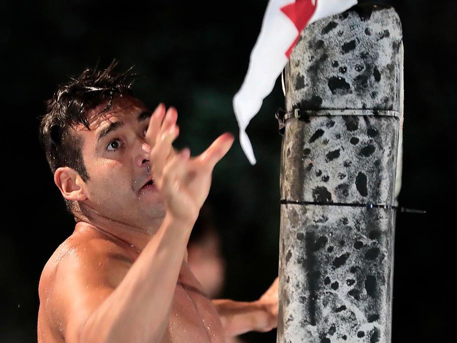 Ramiro busca una bandera en la Mina