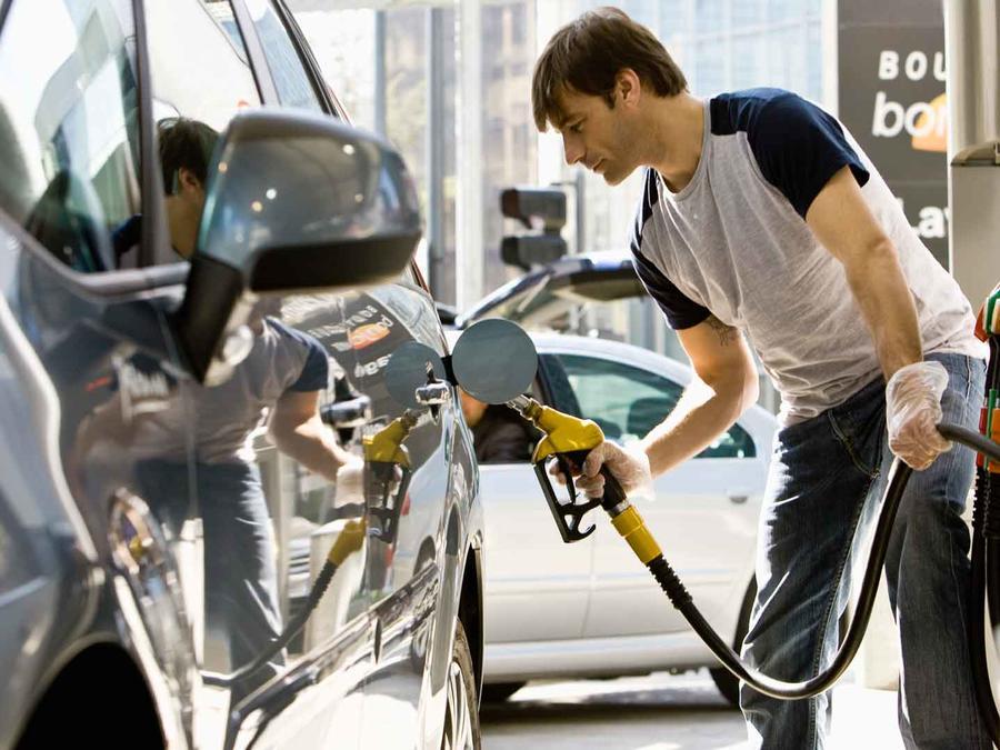 Hombre poniendo gasolina
