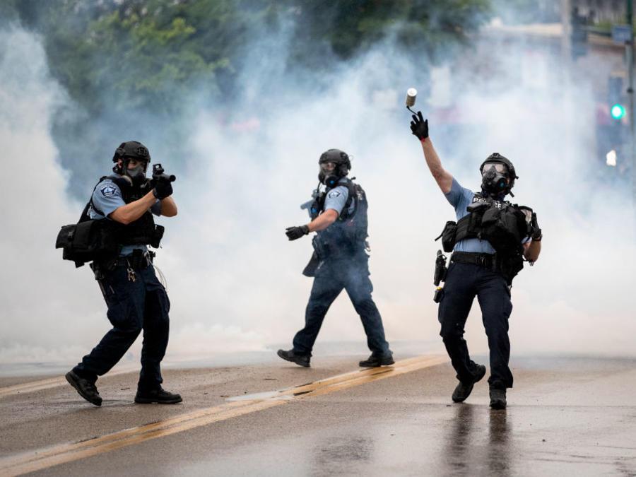 Policías se enfrentan a manifestantes en Minneapolis durante las protestas por la muerte de George Floyd