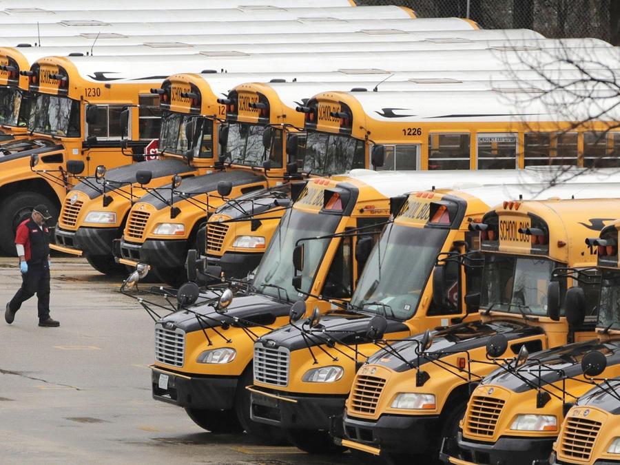 Los buses escolares estacionados desde que se suspendieorn las clases en varias partes del país en marzo pasado.
