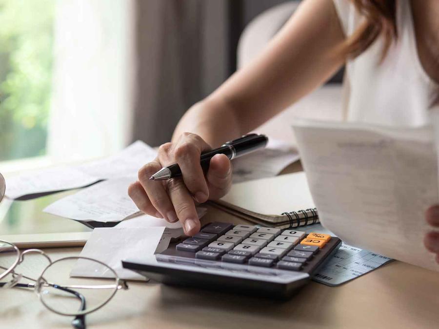 Mujer calculando