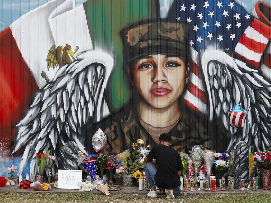 Juan Cruz, novio de la soldado Vanessa Guillén, se arrodilla frente a un mural en su honor, en Houston.