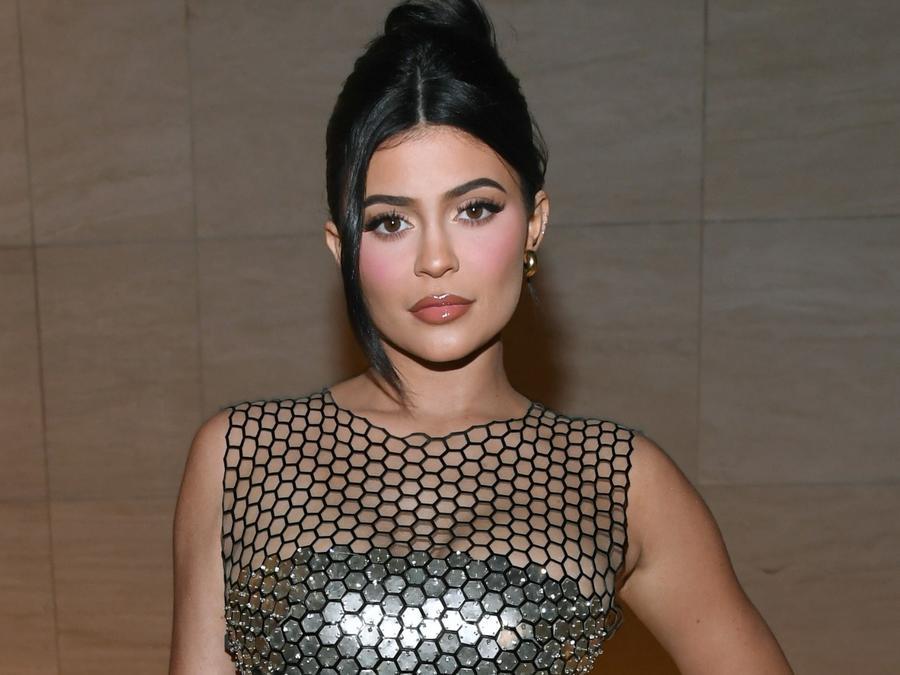 Kylie Jenner vestido plateado