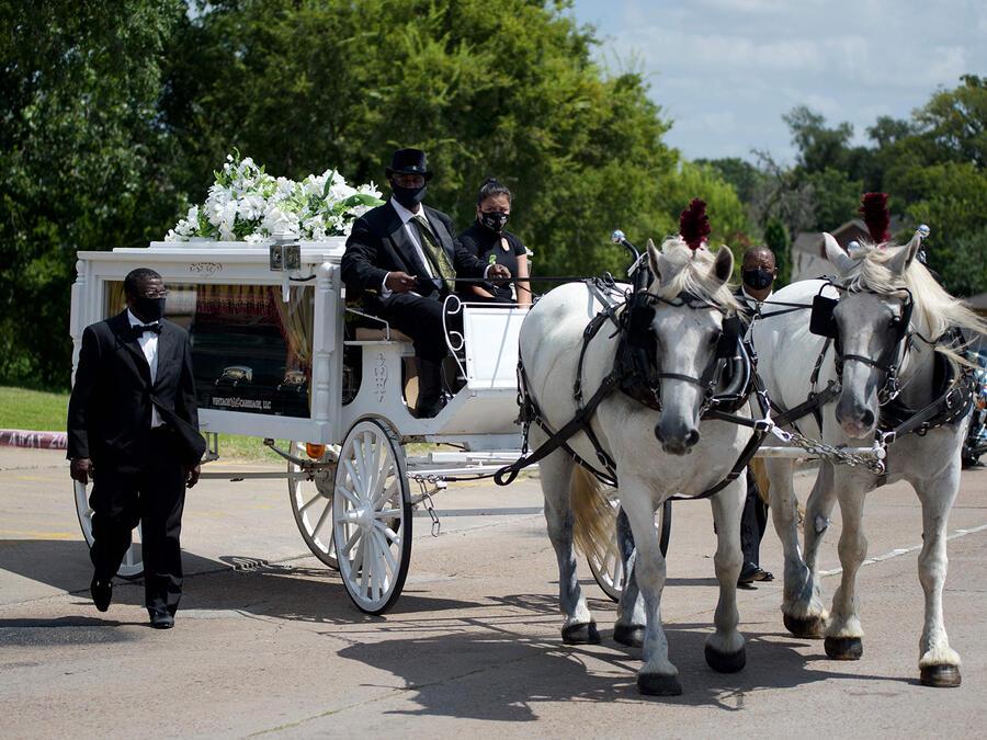 El féretro de Vanessa Guillén fue trasladado por una carroza de caballos blancos.