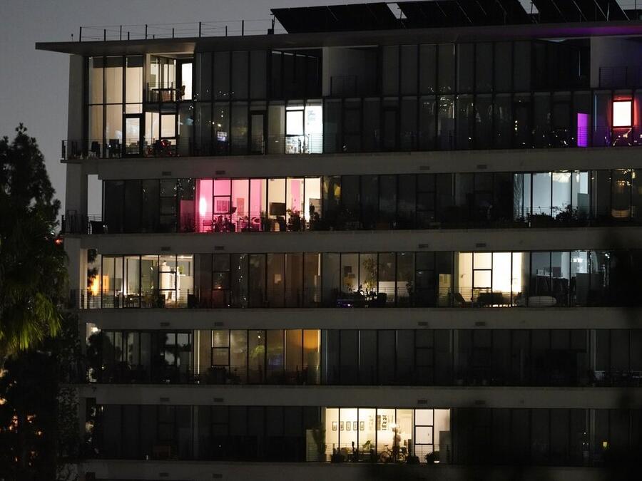 Algunas luces prendidas en un edificio de Los Ángeles el viernes por la noche, tras el temblor de magnitud 4.5.