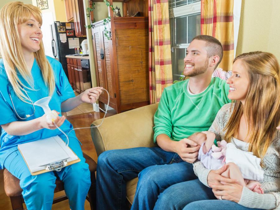 Pareja hablando con una enfermera