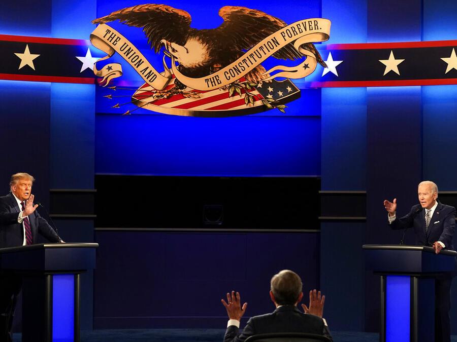 El moderador Chris Wallace de Fox News junto al presidente Donald Trump y el candidato demócrata Joe Biden.