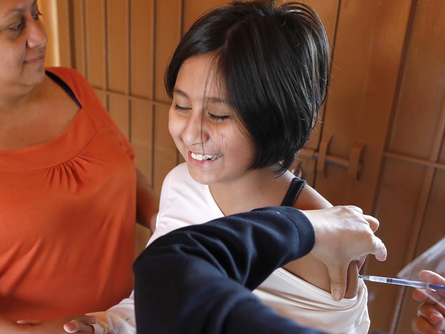 Una niña recibe la vacuna contra la gripe en México.