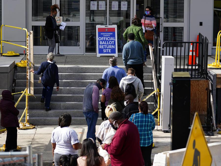 Residentes de Pennsylvania hacen fila para registrarse para votar en el condado de Montgomery