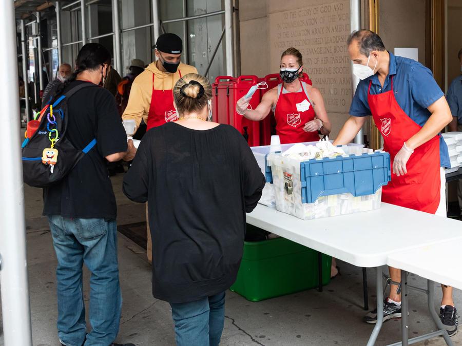 Personas reciben comida en mitad de la pandemia en una imagen de archivo.