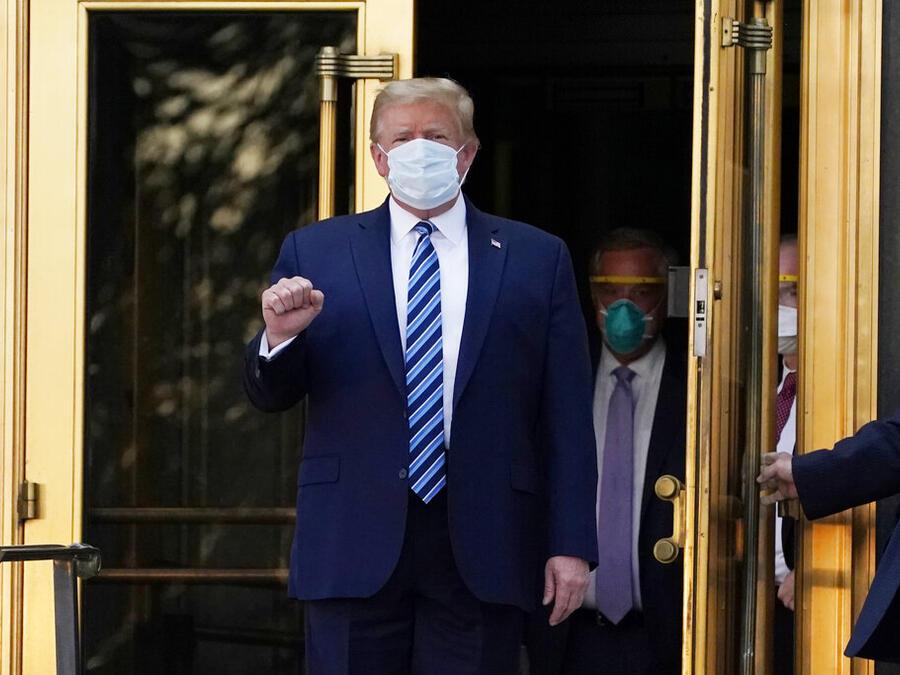 El presidente Donald Trump al finalizar su hospitalización en el hospital militar Walter Reed, el 5 de octubre de 2020.
