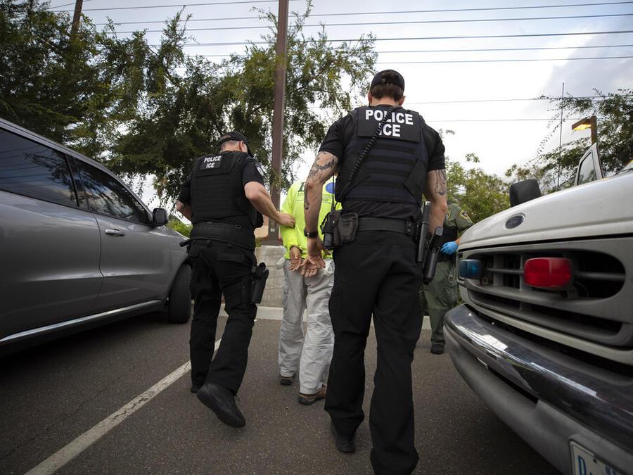 Agentes de ICE arrestan a un inmigrante en Escondido, California