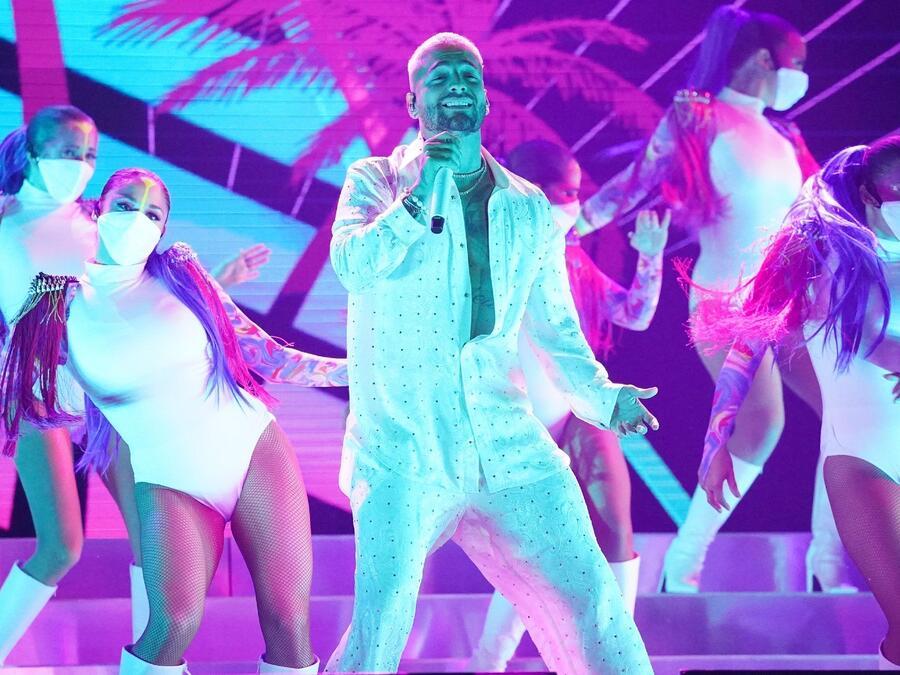 Maluma cantando 'Hawái' en los Premios Billboard de la Música Latina 2020