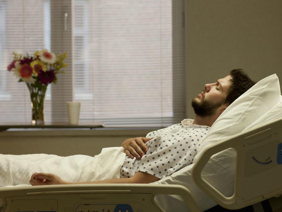 Hombre en la cama de un hospital