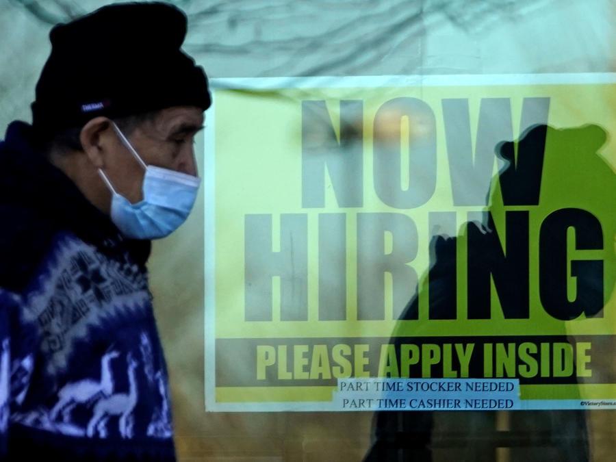 Un hombre pasa por una oficina de ayuda de empleo en Illinois, Estados Unidos.