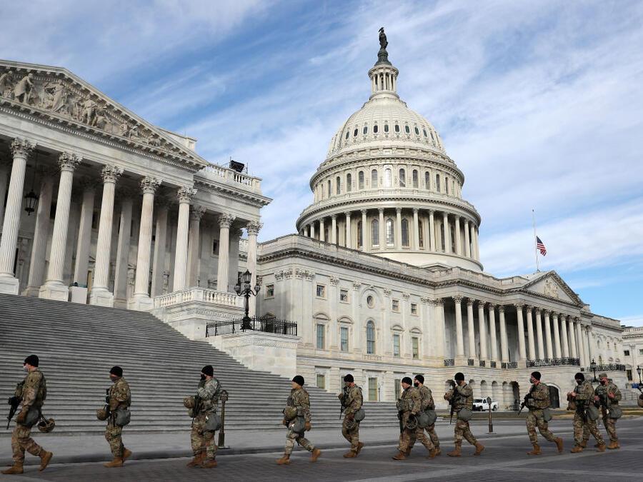 Miembros de la Guardia Nacional de Virginia caminan frente al Capitolio este domingo, a tres días de la toma de posesión de Biden.