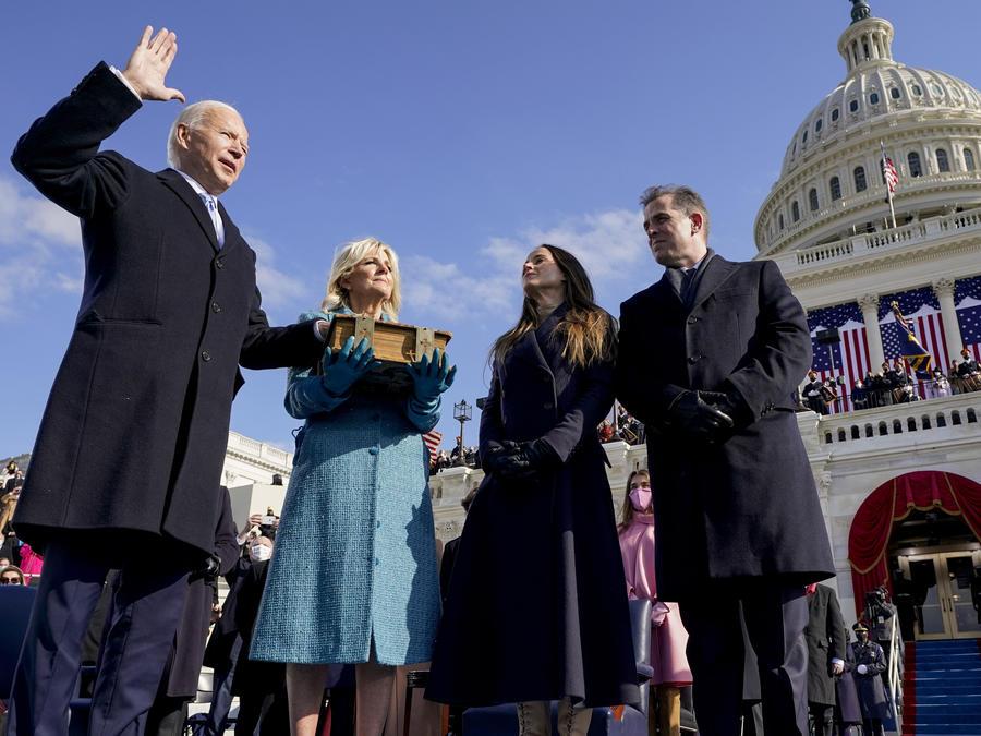 Joe Biden, acompañado de su familia y con la vicepresidenta Kamala Harris a la derecha, juramenta como presidente el 20 de enero de 2021.