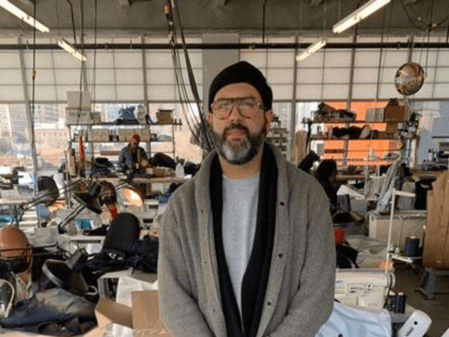 El sastre Arturo Castañeda, en su taller en Brooklyn, Nueva York