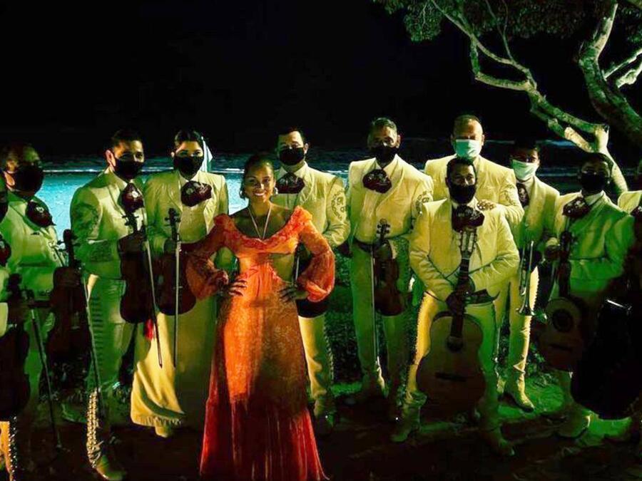 Alicia Keys rodeada de mariachi