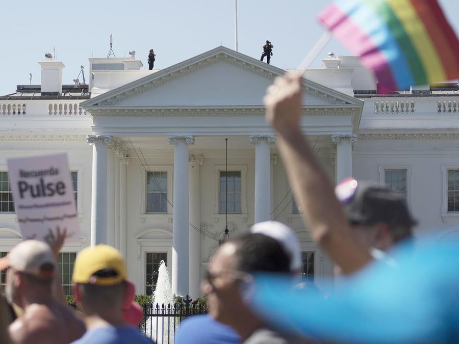 Un grupo de manifestantes se congregan en cercanías de la Casa Blanca en julio de 2017 luego de que Donald Trump diera a conocer que se prohibía a las personas transgénero en el Ejército.