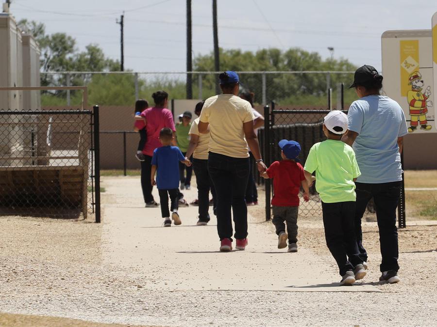 Inmigrantes buscan refugio en la frontera sur de Texas.