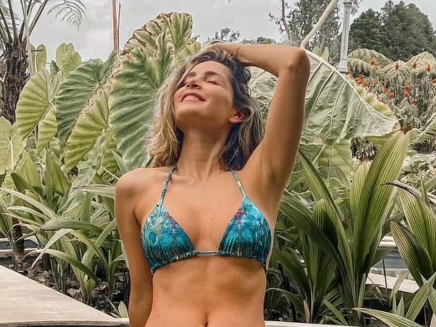 Carmen Villalobos descansa en bikini azul