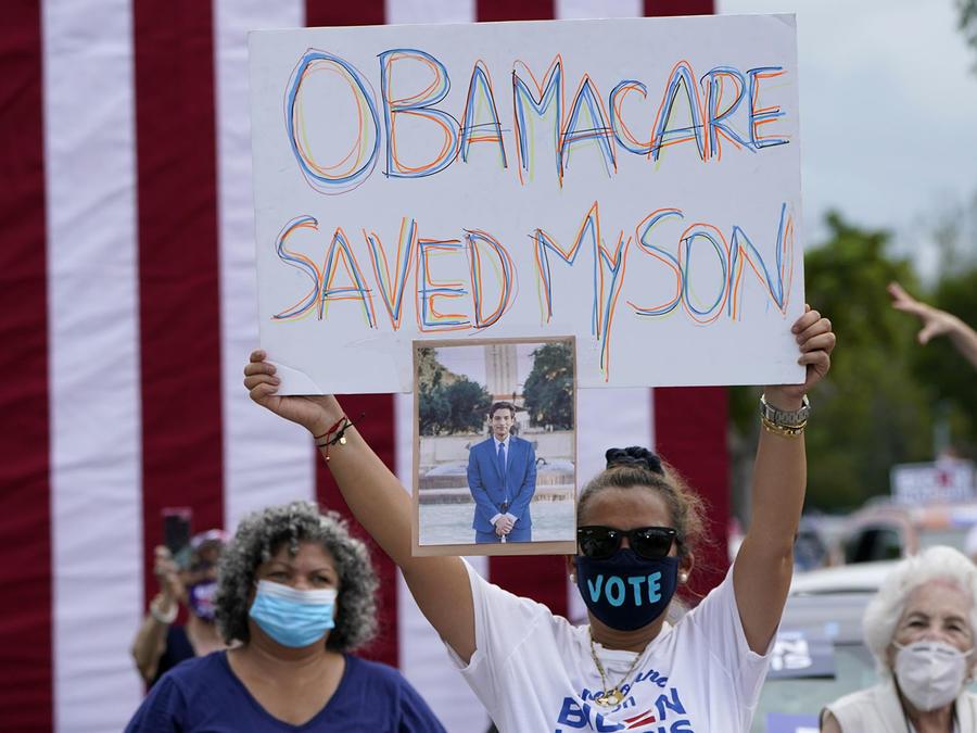 """Adelys Ferro sostiene un cartel que dice """"Obamacare salvó a mi hijo"""" en un acto de campaña a favor de Biden en Florida en octubre pasado. Mantener el programa de salud para ayudar a millones de familias en el país fue una de las principales propuestas del"""