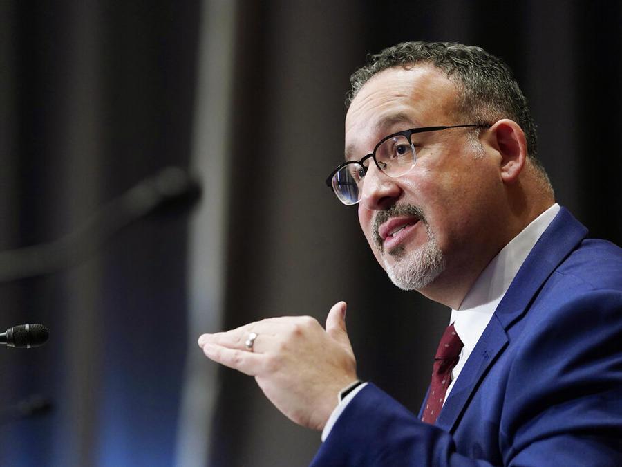 Miguel Cardona durante una audiencia de confirmación en el Senado