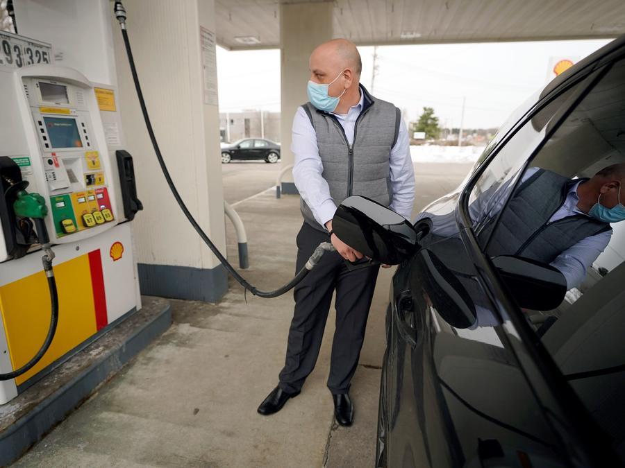 Jeremy Heskett puso gasolina en una estación de Westwood, Massachusetts, el 18 de febrero del 2021. Desde abril del 2020, los precios del combustible han venido aumentando.