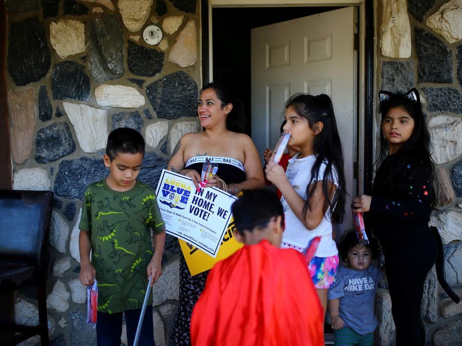 Una familia hispana durante un evento de apoyo al entonces candidato demócrata, Joe Biden, en el barrio de Maryvale, en  Phoenix, Arizona, el 31 de octubre del 2020.
