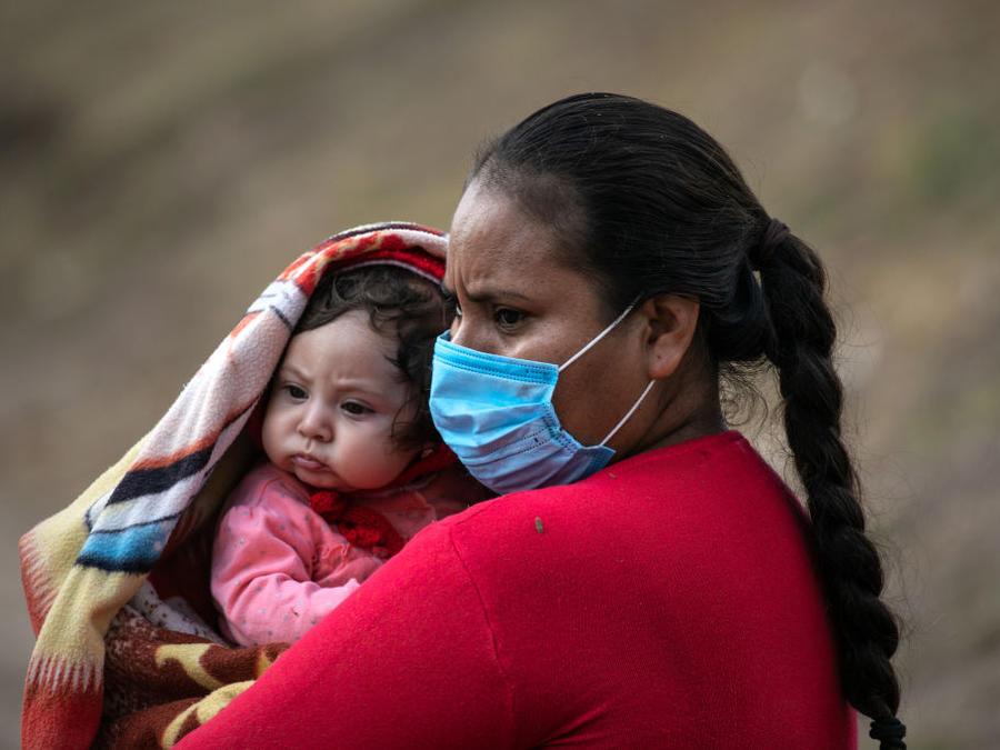 Una mujer con su hija pequeña en un campamento migrante de Matamoros, México.