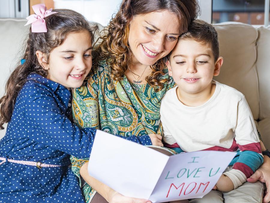 Familia con tarjetas del día de la madre