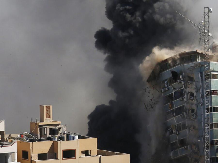 El ataque ocurrió cerca de una hora después de que militares israelíes ordenaran la evacuación de la torre de oficinas y apartamentos. No hubo explicación inmediata sobre la razón por la cual decidieron atacar el edificio.