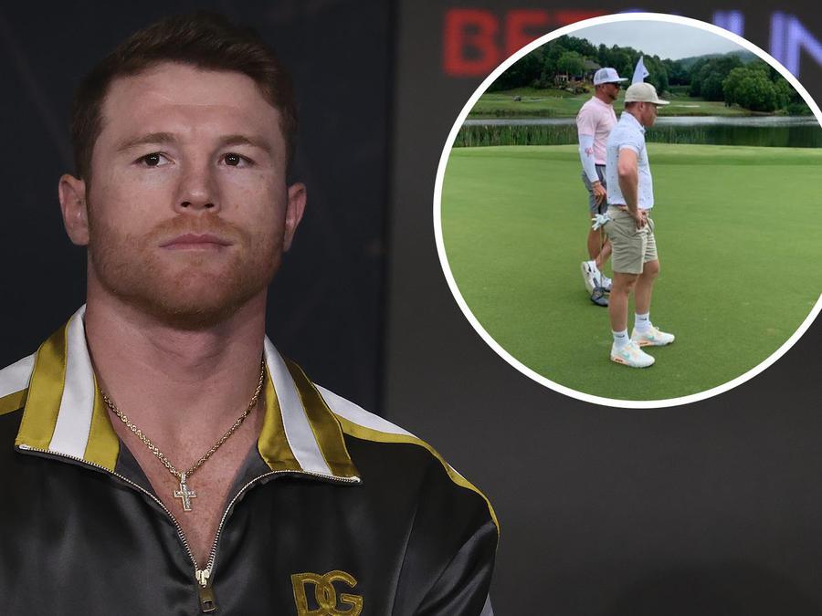 Canelo jugando golf.