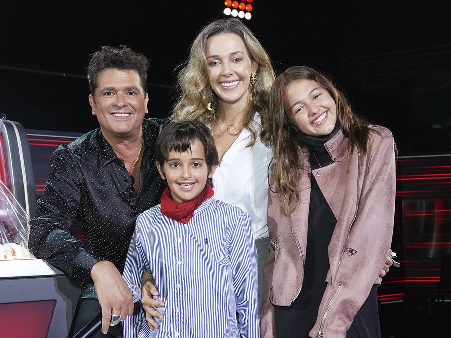 Carlos Vives con su esposa e hijos, la familia de Carlos Vives.