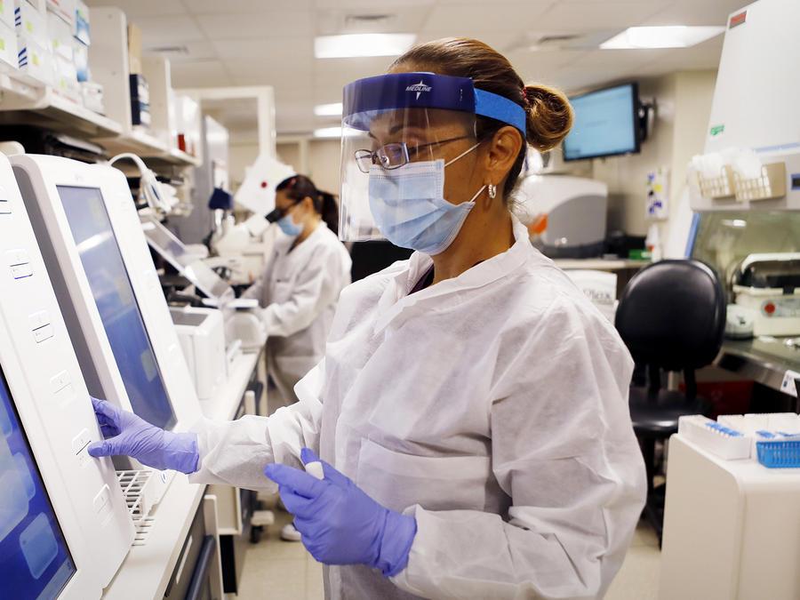 Adriana Cardenas, una tecnóloga médica procesa muestras de pruebas de coronavirus en los laboratorios de AdventHealth Tampa el 25 de junio de 2020 en Tampa, Florida.
