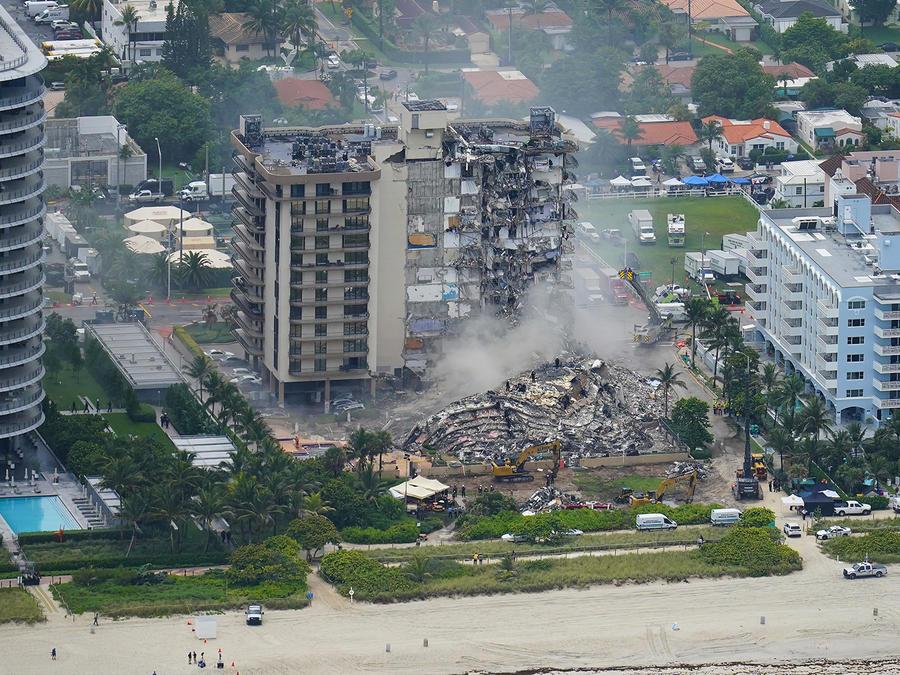 El personal de rescate trabaja entre los escombros en el condominio Champlain Towers South, el viernes 25 de junio de 2021, en Surfside.